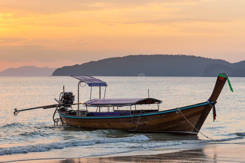 Vastgelegde Thaise traditionele lang-staartboot op kust bij zonsondergang op Ao nang strand in Krabi-provincie royalty-vrije stock foto