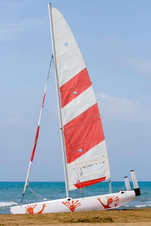 Vastgelegde zeilboot royalty-vrije stock afbeelding
