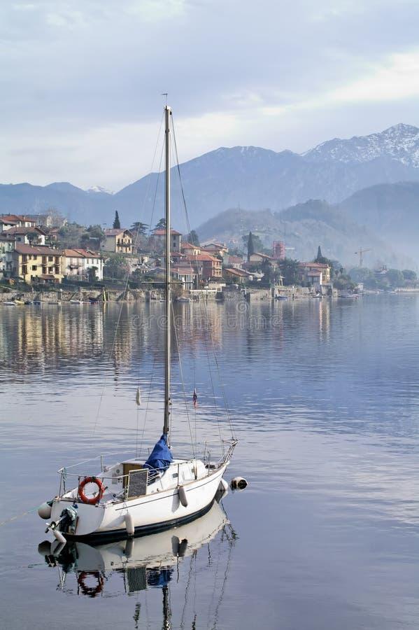 Vastgelegde zeilboot stock afbeelding