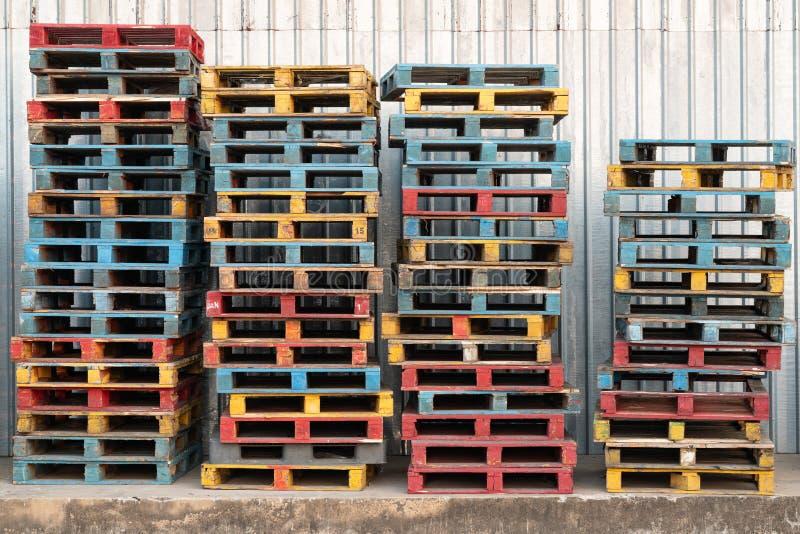 Vastgespijkerd van kleurrijke ruwe houten palletsachtergrond bij lading, pakhuis stock foto's