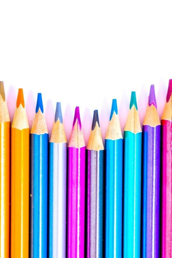 Vastgesteld mooi wit, kleurpotloden van kleurpotloden op witte achtergrond Spoedig aan school Terug naar School stock afbeelding