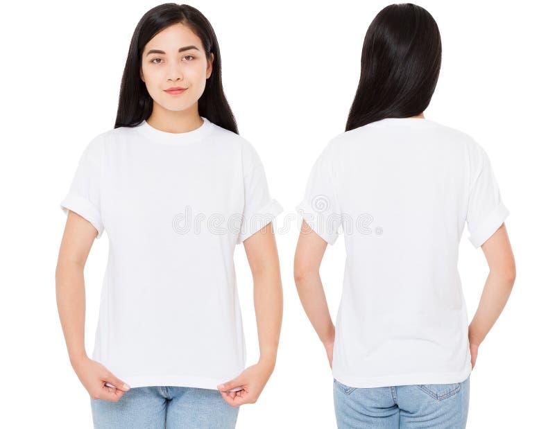 Vastgestelde gelukkige Aziatische vrouw die met op haar lege witte t-shirt richten terwijl de status, Koreaans meisje isoleerde royalty-vrije stock afbeeldingen
