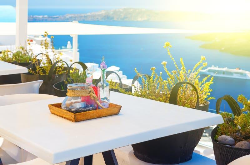 Vastgestelde lijst die met meningen van de Caldera en het overzees Santorini Griekenland dineren royalty-vrije stock afbeelding