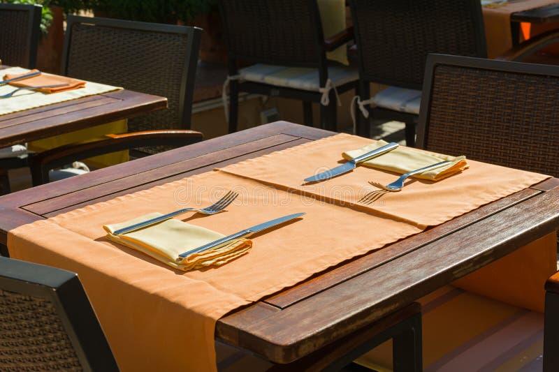 Vastgestelde lijsten bij buitenkant het dineren gebied royalty-vrije stock afbeeldingen