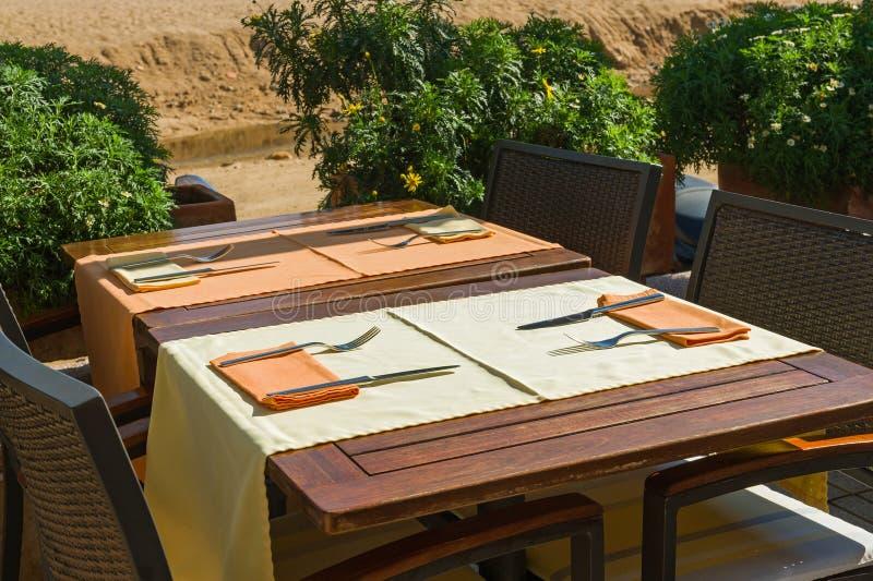 Vastgestelde lijsten bij buitenkant het dineren gebied royalty-vrije stock foto