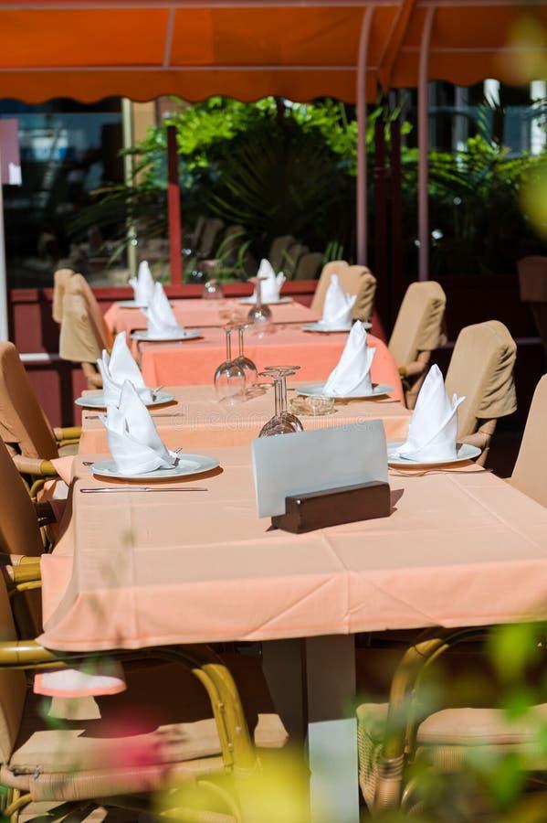 Vastgestelde lijsten bij buitenkant het dineren gebied royalty-vrije stock fotografie