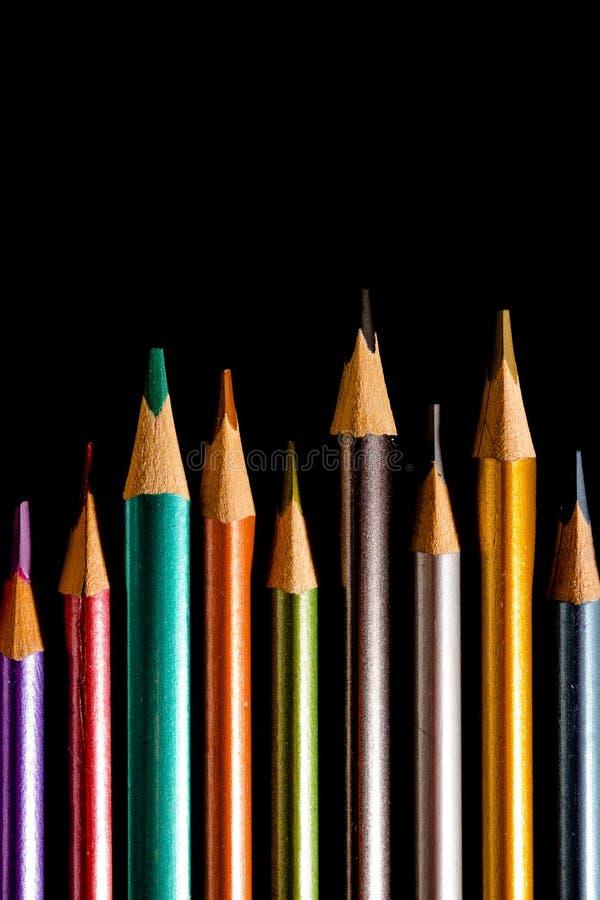 Vastgestelde mooie zwarte, kleurpotloden van kleurpotloden op zwarte achtergrond Spoedig aan school Terug naar School royalty-vrije stock afbeelding