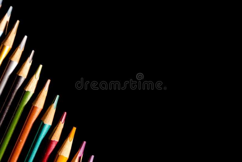 Vastgestelde mooie zwarte, kleurpotloden van kleurpotloden op zwarte achtergrond Spoedig aan school Terug naar School royalty-vrije stock foto's