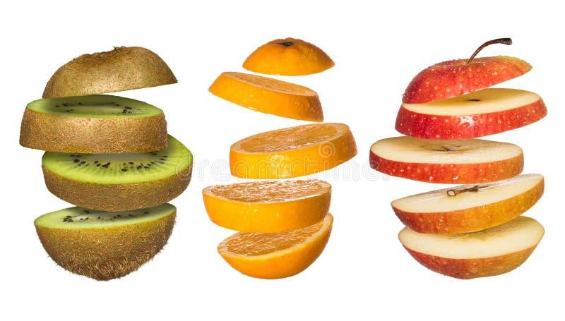 Vastgestelde os Vliegende vruchten Gesneden sinaasappel, kiwi, appel die op wit wordt geïsoleerd stock fotografie