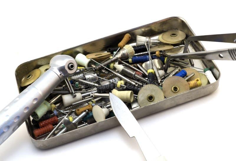 Vastgestelde tandinstrumenten: snijders, naalden, boren, scalpel, forceps in een geïsoleerde metaaldoos royalty-vrije stock afbeeldingen