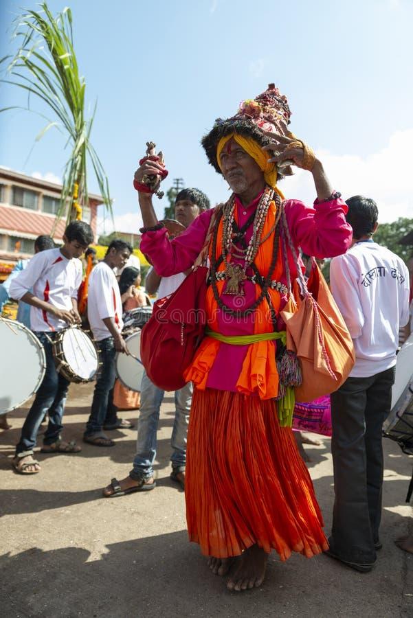 Vasudev dans i gatorna, Nasik, Maharashtra, Indien fotografering för bildbyråer