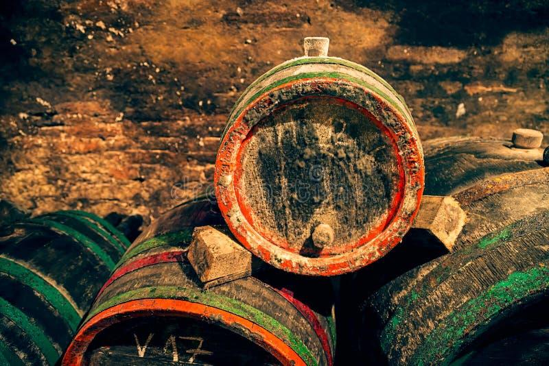 Vat met een stop in de wijnkelder Rode en groene hoepels royalty-vrije stock foto's