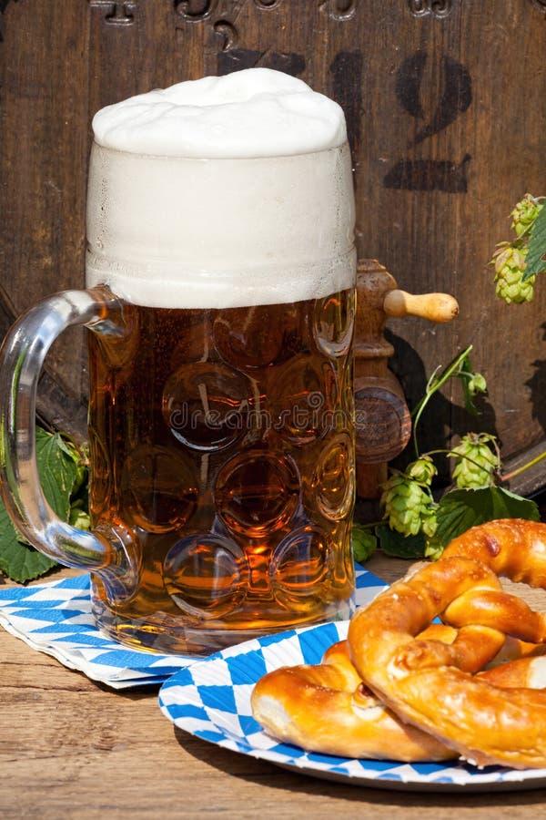 Vat met hop en een groot glas bier royalty-vrije stock afbeeldingen