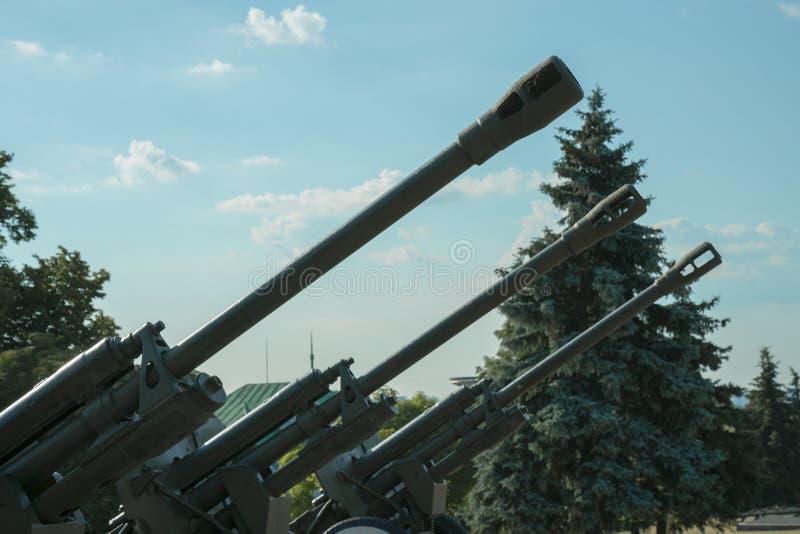 Vaten artillerie tegen een blauwe hemel Het concept oorlog en geweld stock foto