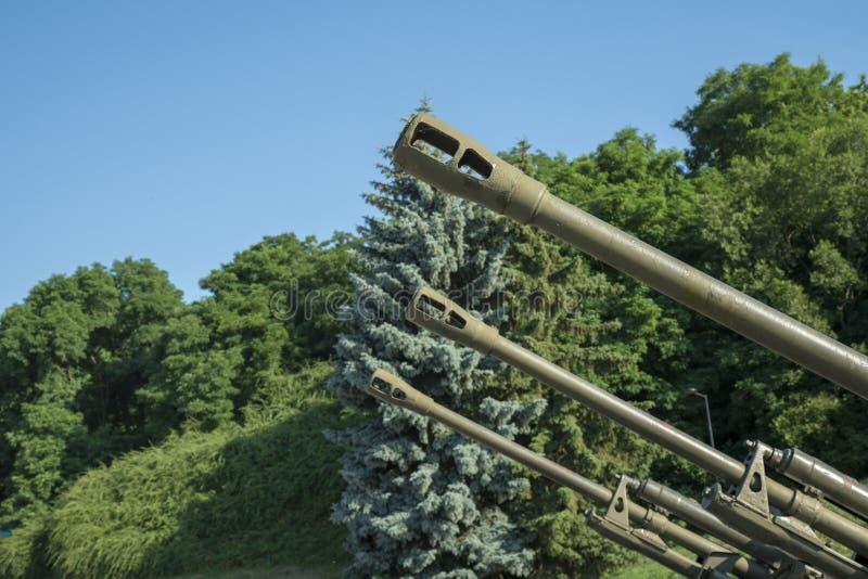 Vaten artillerie tegen een blauwe hemel Het concept oorlog en geweld royalty-vrije stock foto