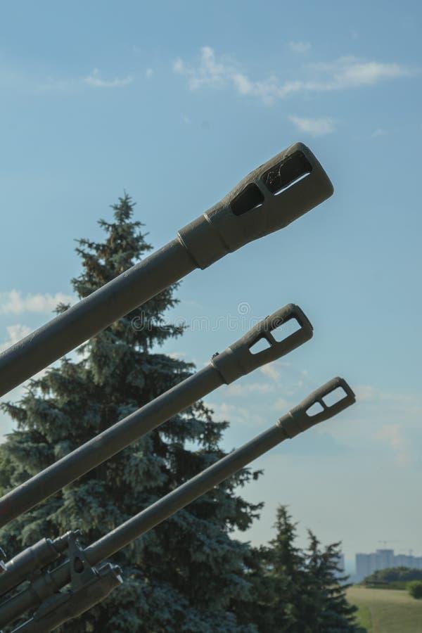 Vaten artillerie tegen een blauwe hemel Het concept oorlog en geweld Verticale foto royalty-vrije stock foto