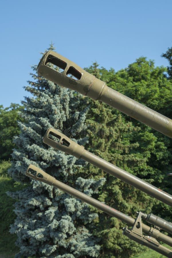 Vaten artillerie tegen een blauwe hemel Het concept oorlog en geweld Verticale foto stock foto's