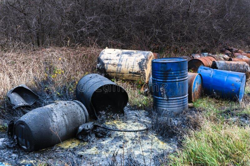 Vaten van giftig afval in aard royalty-vrije stock afbeeldingen