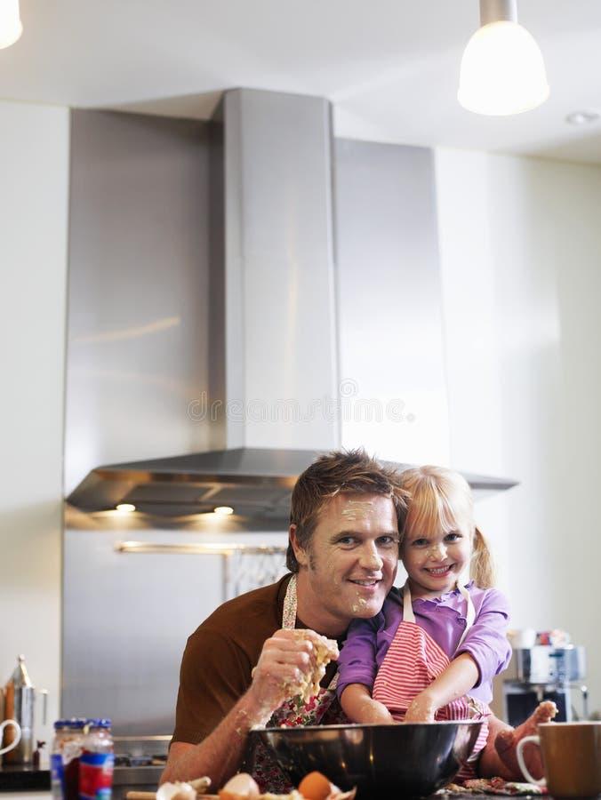 Vater And Daughter Baking in der Küche stockfoto