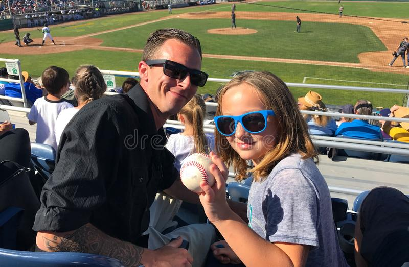 Vater-Daughter Catch Fly-Ball-Baseball-Spiel stockfotografie