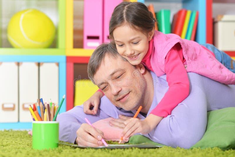 Vater-And Daughter Drawing-Bilder lizenzfreie stockbilder