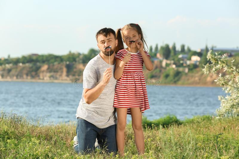 Vater, der draußen mit weniger Tochter am sonnigen Tag spielt lizenzfreies stockbild