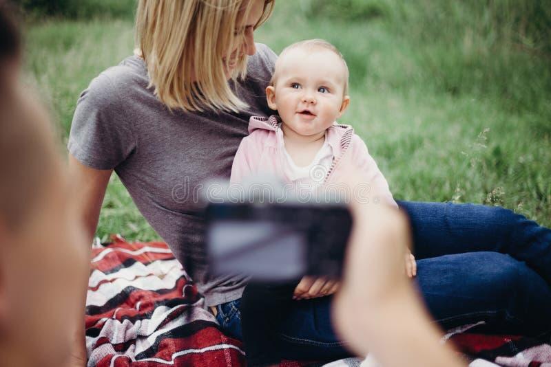 Mutter, Die Foto Des Vaters Und Der Tochter Macht