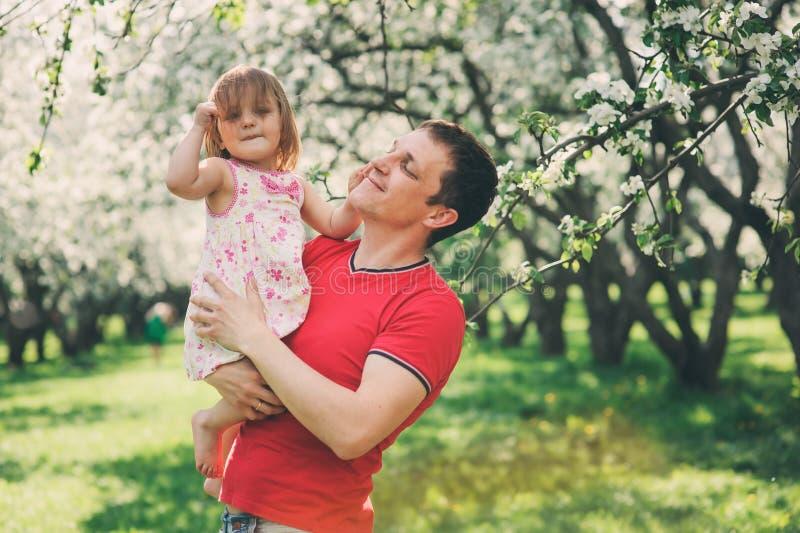 Vater, der Frühlingsweg mit Kindertochter genießt stockbild