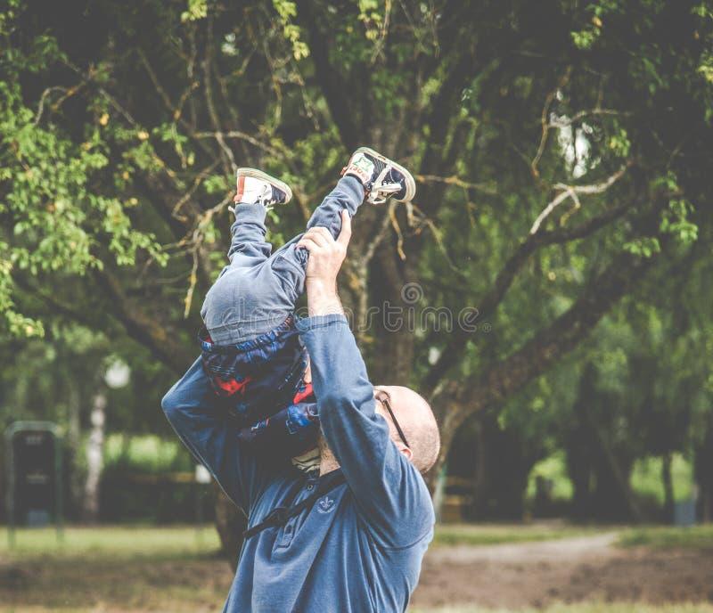 Vater, der mit seinem Kind spielt lizenzfreies stockfoto