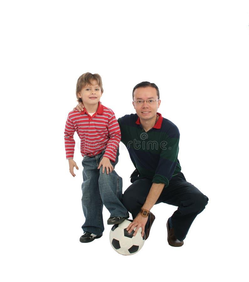 Vater, der mit seinem Sohn spielt lizenzfreie stockfotografie