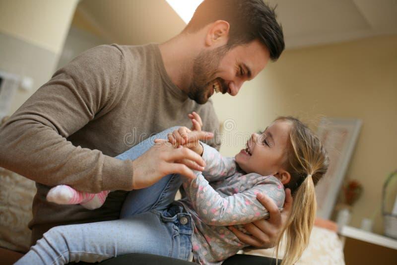 Vater, der mit seiner Tochter spielt lizenzfreie stockfotografie