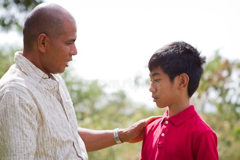 Vater, der mit Sohn spricht lizenzfreie stockfotos