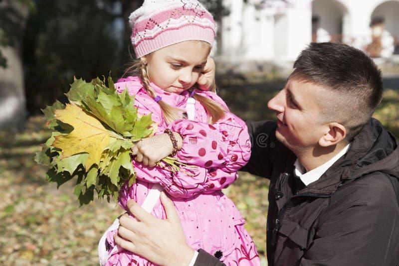 Vater, der mit Tochter spricht stockfotos