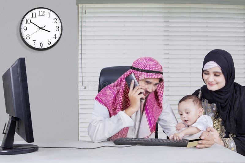 Vater, der Mobiltelefon mit seiner Familie verwendet lizenzfreies stockbild