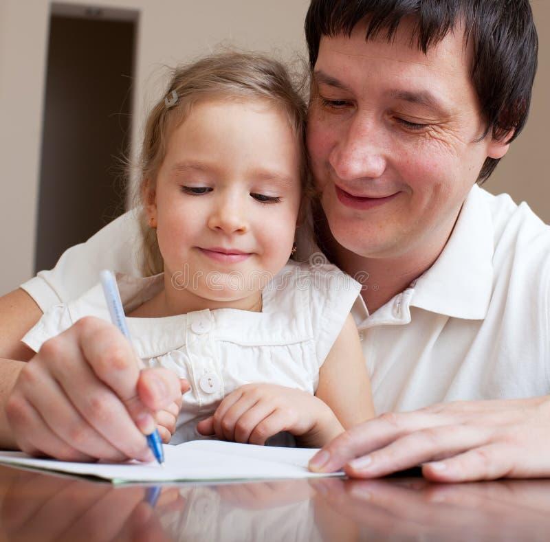 Vater, der Tochter erlernt stockbild. Bild von tochter