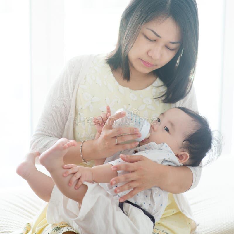 Vater füttern Milch zum Kind mit der Flasche stockfotografie