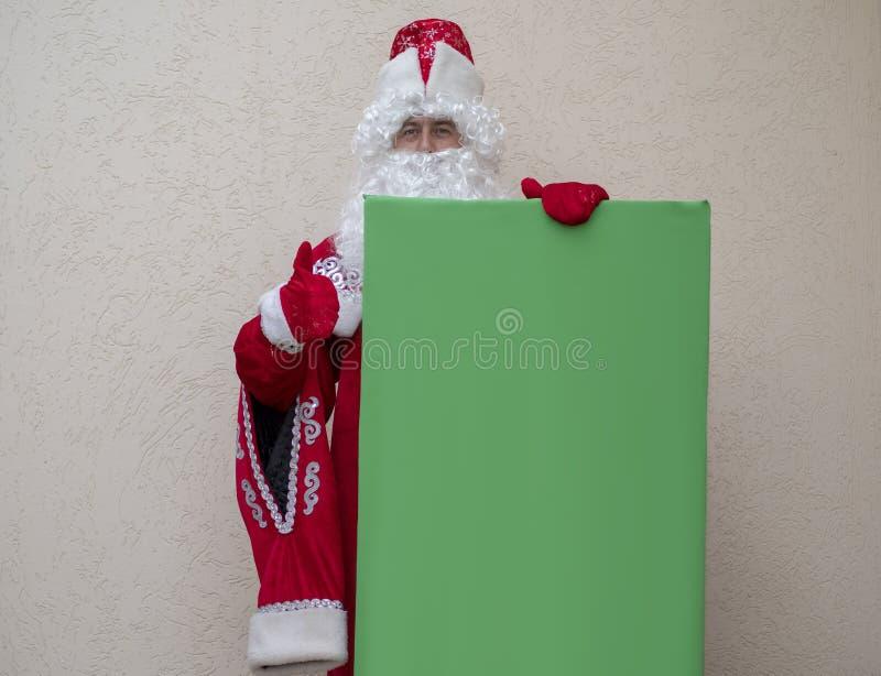 Vater Frost hält eine Fahne stockfotos