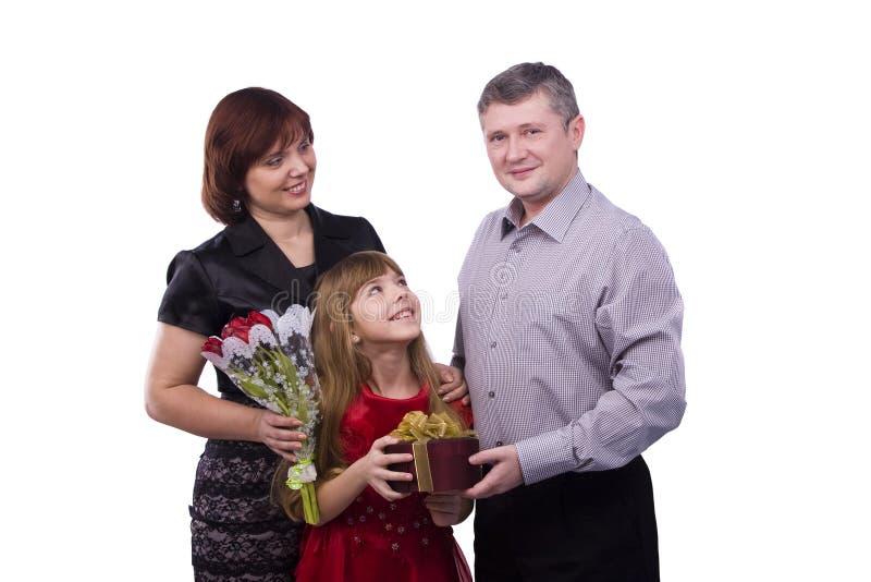 Vater gibt Geschenktochter und -mutter lizenzfreie stockfotos