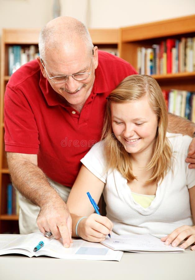 Vater hilft Tochter zu studieren lizenzfreie stockfotos