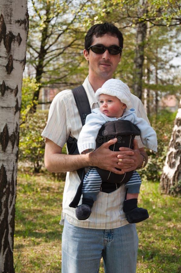 Vater mit Baby lizenzfreie stockfotos