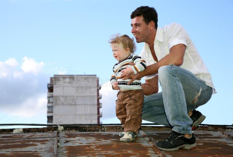 Vater mit dem Kind stockbild