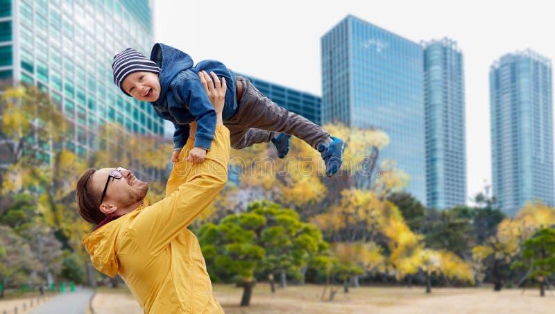 Vater mit dem Sohn, der Spaß in Herbsttokyo-Stadt hat stockbild