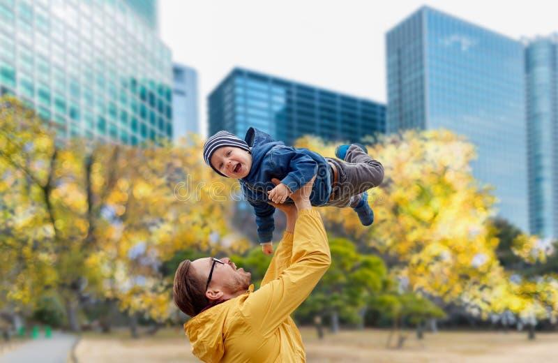 Vater mit dem Sohn, der Spaß in Herbsttokyo-Stadt hat lizenzfreie stockbilder
