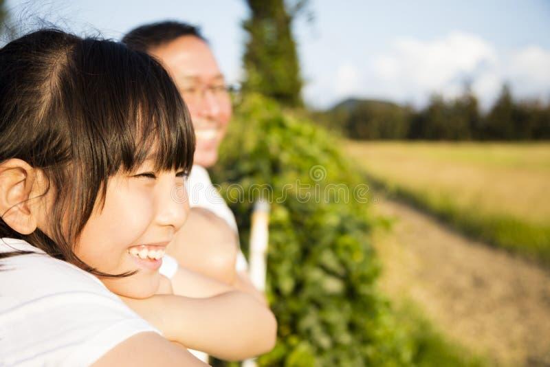 Vater mit der Tochter, welche die Ansicht aufpasst lizenzfreie stockbilder
