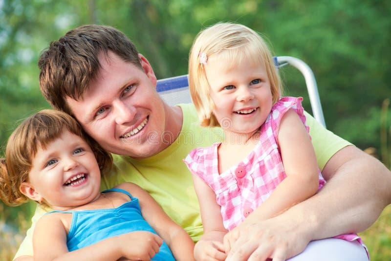 Vater mit Kindern stockfoto