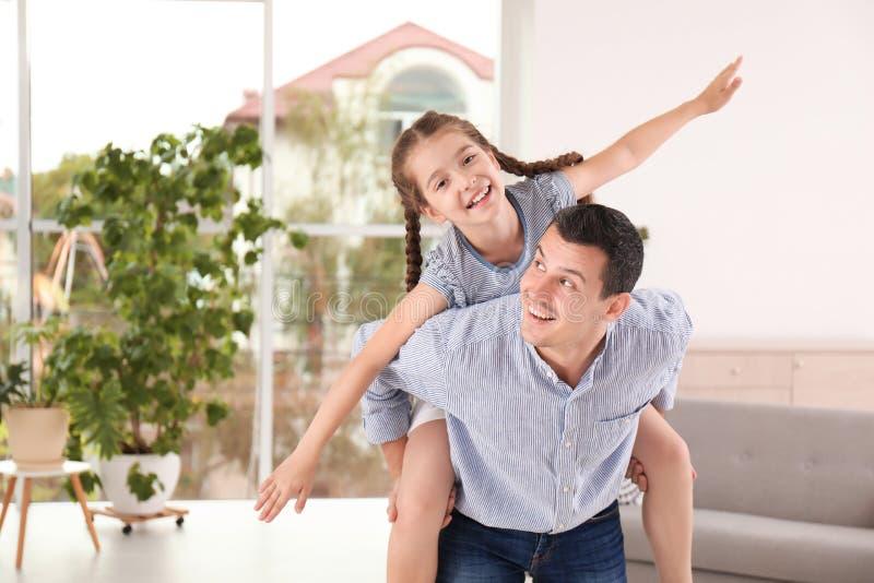 Vater mit nettem Kind zu Hause lizenzfreie stockfotos