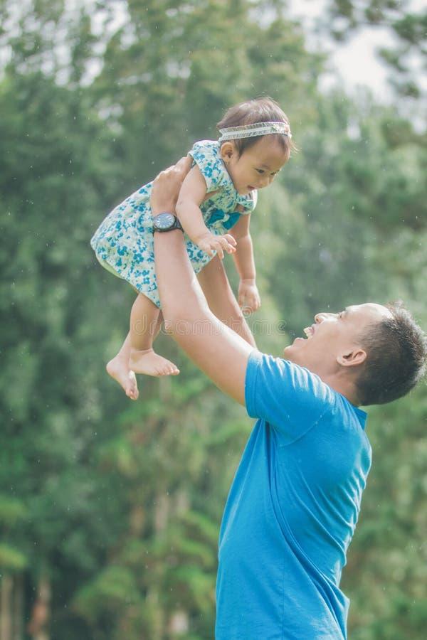 Vater mit seinem Baby im Park stockfotografie