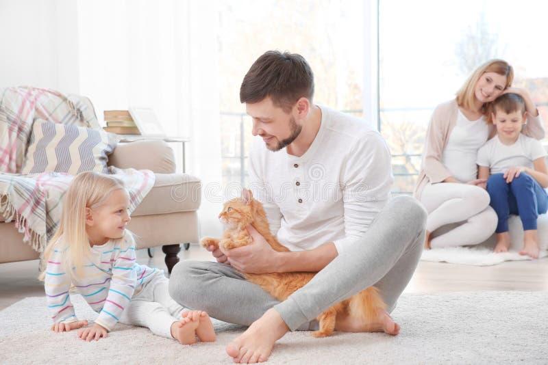 Vater mit seiner Tochter und Katze lizenzfreie stockbilder