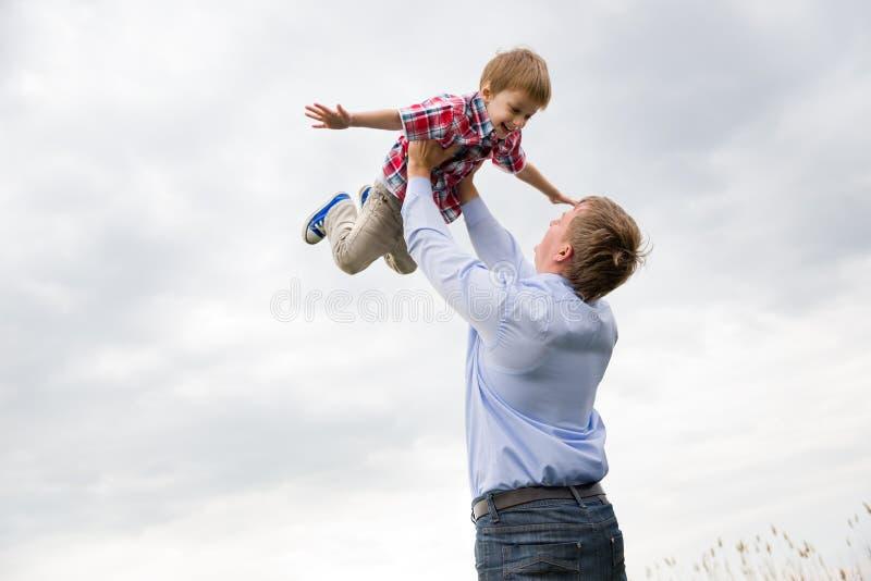 Vater mit Sohn lizenzfreie stockfotografie
