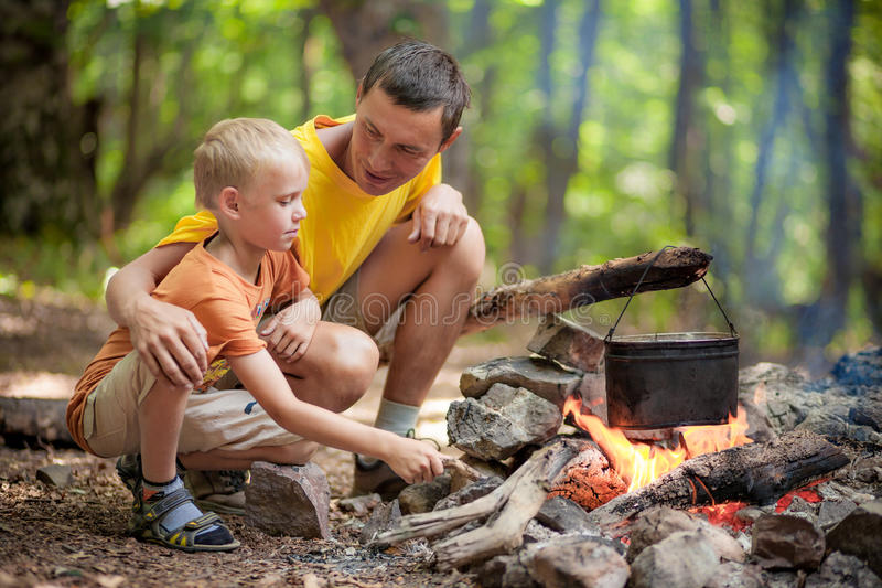 Vater mit Sohn am Kampieren lizenzfreies stockbild